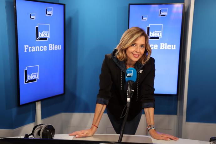 Wendy Bouchard présente un magazine diffusé en direct sur les 44 stations de France Bleu. © Radio France / Jean-Philippe Pariente.