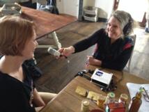 Sylvie Cler, son sourire et son micro baladeur traquent les recettes de terroir et les petits produits de pays...