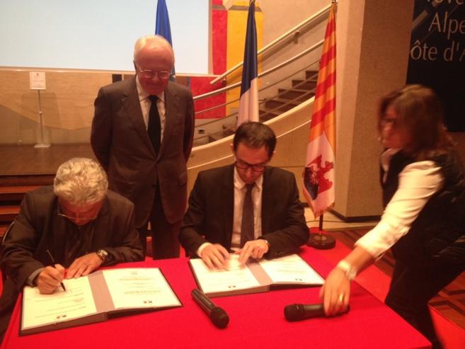 La signature de cet accord avec Emmanuel Boutterin et Benoît Hamon entourés par Michel Vauzelle président du conseil régional de Provence-Alpes-Côte d'Azur © Serge Surpin