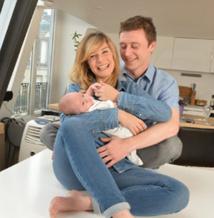 Louise Ekland, son enfant Sacha et son mari Thibaud © Gala Epress