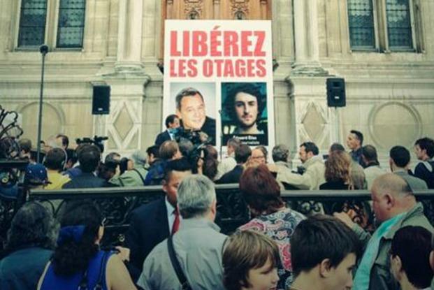 Les portraits de Didier François et Édouard Elias affichés vendredi devant l'Hôtel de Ville de Paris. © Europe1