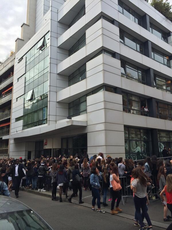 Attroupement de fans devant NRJ
