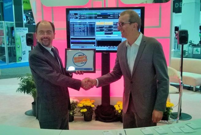 """Paul McLane du magazine Radio World (à gauche) a remis le prix international """"Best of Show 2014"""", au NAB de Las Vegas, à Philippe Generali, PDG de RCS"""