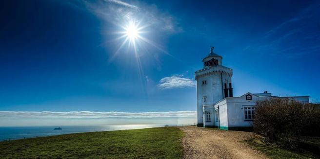 Dès 6 heures, au son de Big Ben, jusqu'à 9h, l'équipe de la matinale sera en direct du South Foreland Lighthouse dans le Kent