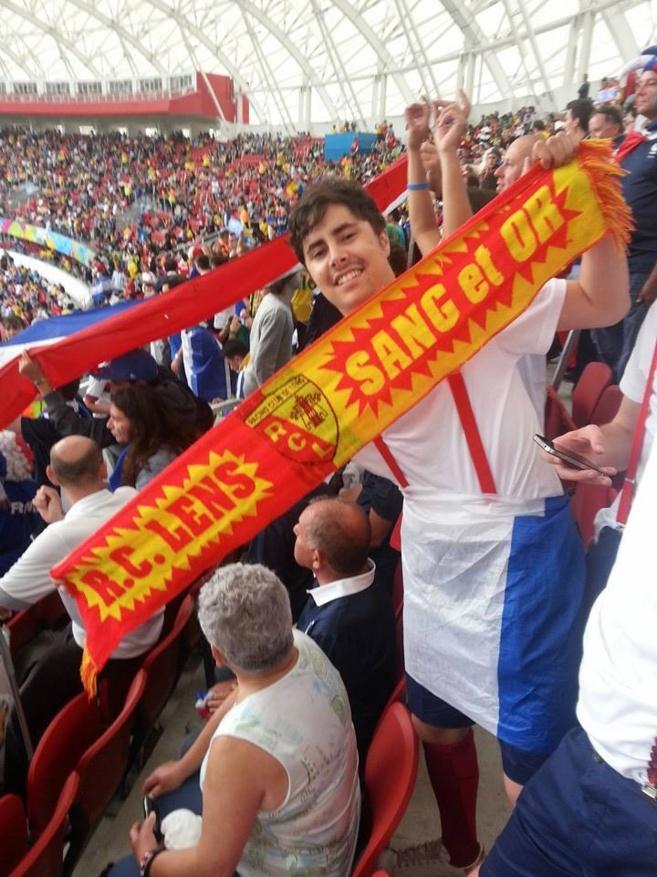 Bastien, immortalisé au Brésil au milieu des supporters français avec l'écharpe la plus célèbre du Nord.