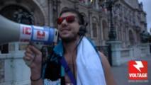 Voltage Man réclamant au maire de Paris le retour de Paris Plage