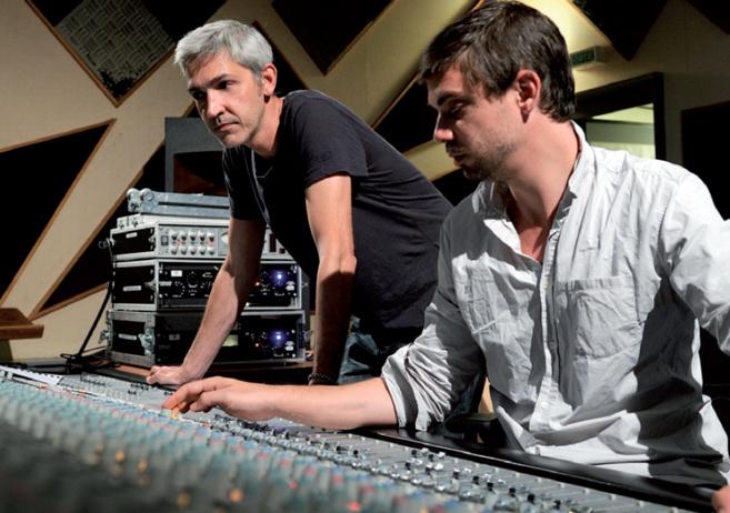 Arno Alyvan, le compositeur, a mixé cordes et piano acoustiques sur des basses électroniques