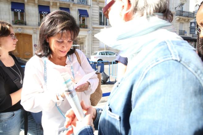 Anne Sinclair a signé quelques autographes