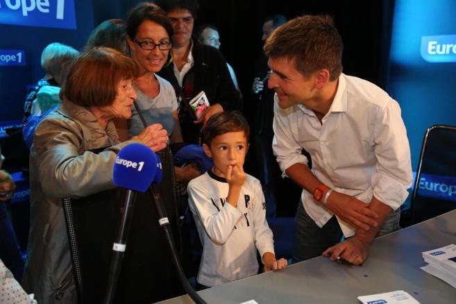 Thomas Sotto très attentif aux questions des curieux © Wladimir Simic CAPA - Europe 1