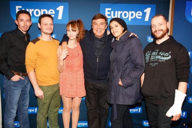 Entourés par jean-Pierre Foucault, voici les 5 finalistes du casting de l'émission Les Pieds dans le Plat © Marie Etchegoyen CAPA