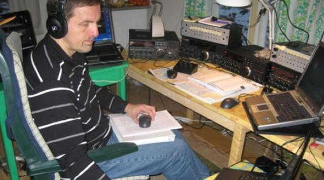 Tapio Kalmi en pleine séance d'écoute des ondes AM © Tapio Kalmi via Radio-Canada