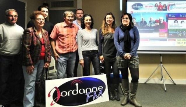 Autour de Gérard Laraufie, l'équipe de Jordanne FM fête l'anniversaire de la radio. Aujourd'hui, elle a 32 ans.