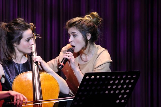 Julie Zenatti, après une après-midi à la radio avec 20 auditeurs privilégiés, a chanté devant 500 personnes dans un music-hall privatisé pour l'occasion.