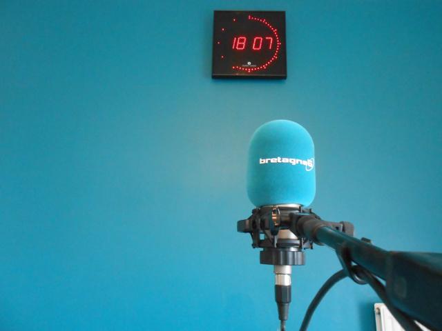 Le micro, prêt à fonctionner, de Bretagne 5 dans les studios en cours d'aménagement