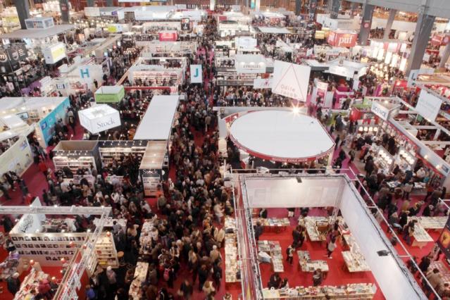 La foule se presse chaque année dans les allées du Salon du Livre de Paris © Marcos Poidebard