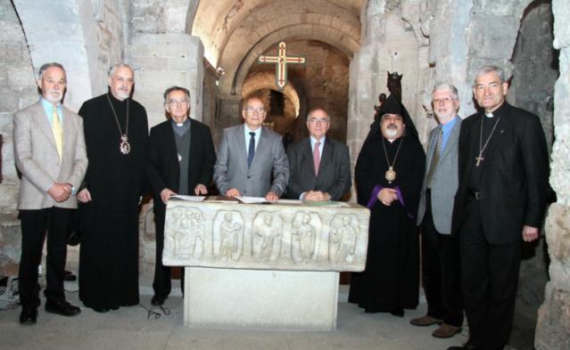 La signature de l'adhésion de Radio Dialogue au réseau RCF dans la crypte Saint Victor à Marseille en présence de Mgr Christophe Dufour, archevêque d'Aix et Arles