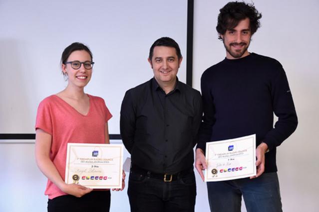 Les lauréats Jules de Kiss et Margot Delpierre avec Laurent Guimier, directeur de France Info © Christophe Abramowitz