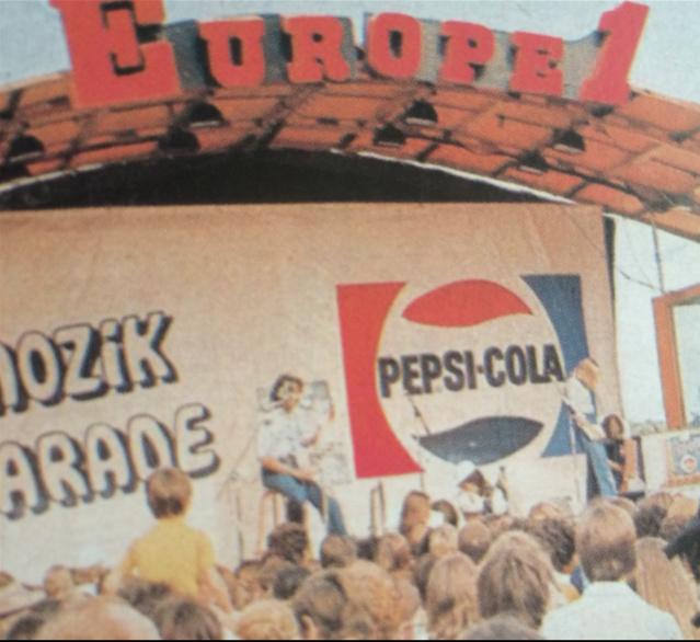 """""""Mozik"""" est la première émission réalisée sur le Podium satellite flambant neuf d'Europe 1, mis en service au début de l'été 1973 © Europe 1 Le Dictionnaire amoureux illustré"""