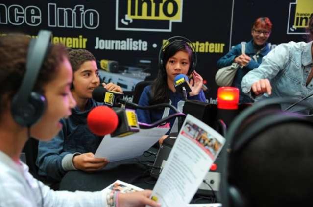 """L'offre pédagogique scolaire de Radio France se concrétise notamment avec l'atelier radio """"France Info Junior"""" © RF / Christophe Abramowitz"""