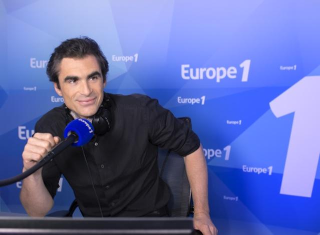 Raphaël Enthoven, au micro d'Europe 1, attire le samedi, 308 0000 auditeurs © Nikos Aliagas