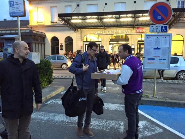 """""""Distribution de croissants, de pains au chocolat et de câlins"""" devant la Gare d'Epernay ce matin"""