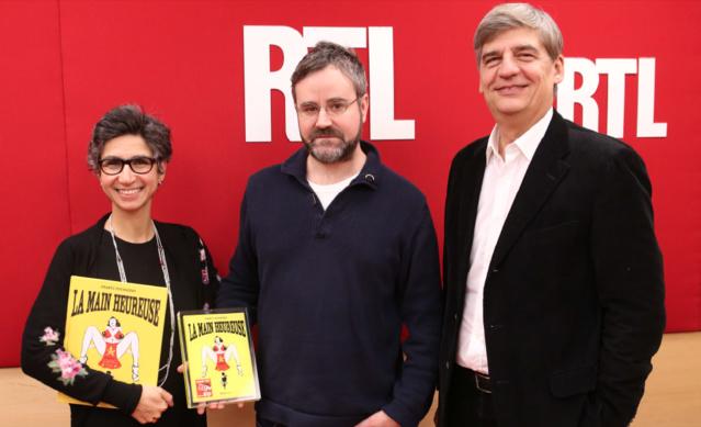 """Monique Younes, journaliste spécialiste BD de RTL, Frantz Duchazeau, l'auteur de """"La Main Heureuse"""" et Jacques Esnous, directeur de l'information de RTL © Abaca Press pour RTL"""