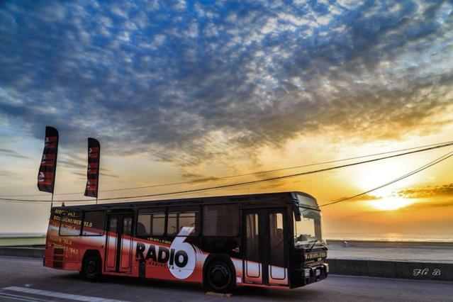 Le célèbre bus de Radio 6 ne sert pas qu'à transporter l'équipe et les auditeurs : il est également aménagé en studio