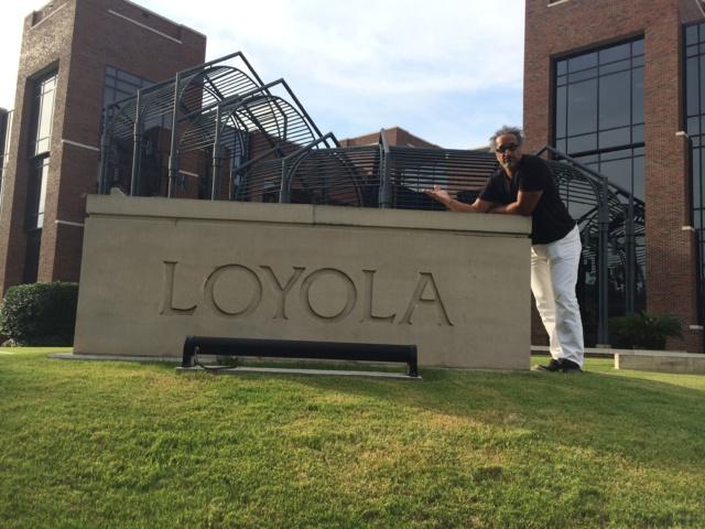 Devant l'Université de Loyola, Maurice tend la main aux auditeurs