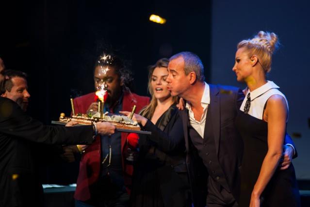 """Pour clôturer la soirée, Bruno a soufflé ses bougies entouré des animateurs RFM et des artistes présents. A peine le temps de souffler et Bruno et Elodie étaient au micro le lendemain matin dès 6h pour """"Le Meilleur des Réveils"""" © Patrice Aroca"""