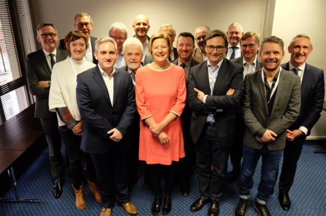 (de gauche à droite) : Mariano Tschuor (SRG SSR), Edita Kudláčová (Czech Radio), Willi Schreiner (Die Neue Welle),  James Rea (Global) Heinz-Deiter Sommer (ARD), Willi Steul (Deutschlandradio), Wolfgang  Struber (Radio Arabella), Helen Boaden (BBC),  Marc Savary (SRG SSR),  Steve Parkinson (Bauer), Jan Westerhof (NPO), Francis Goffin (RTBF), Graham Ellis (BBC), Graham Dixon (EBU), Marius  Lillelien (NRK), Jean Philip De Tender (EBU)