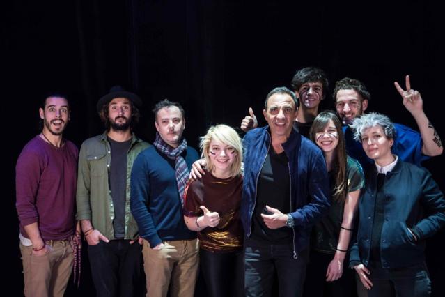 Nikos Aliagas entouré de ses invités © Laurent Hazgui / Capa Pictures