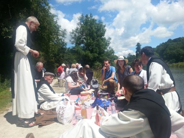 Plus de 20 000 auditeurs et même des moines au pique-nique géant de France Bleu