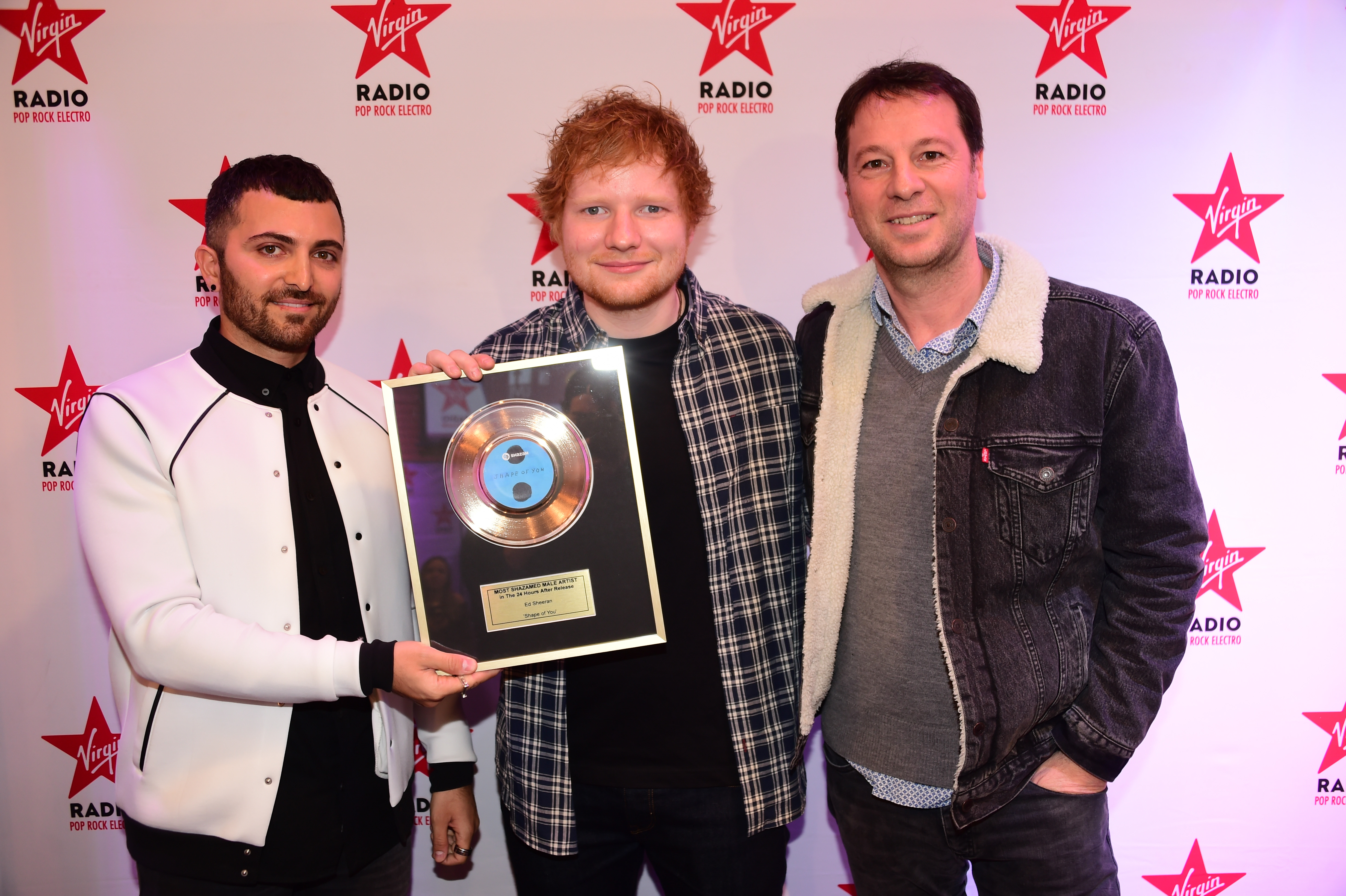 Ed Sheeran entouré de Giovanni Bossio (Shazam) et Roberto Ciurleo (Virgin Radio) © AnthonyGhnassia