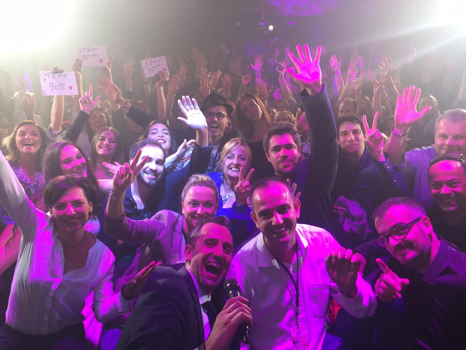 L'équipe d'Horizon et l'ensemble des artistes devant un public aux anges à l'issue du concert