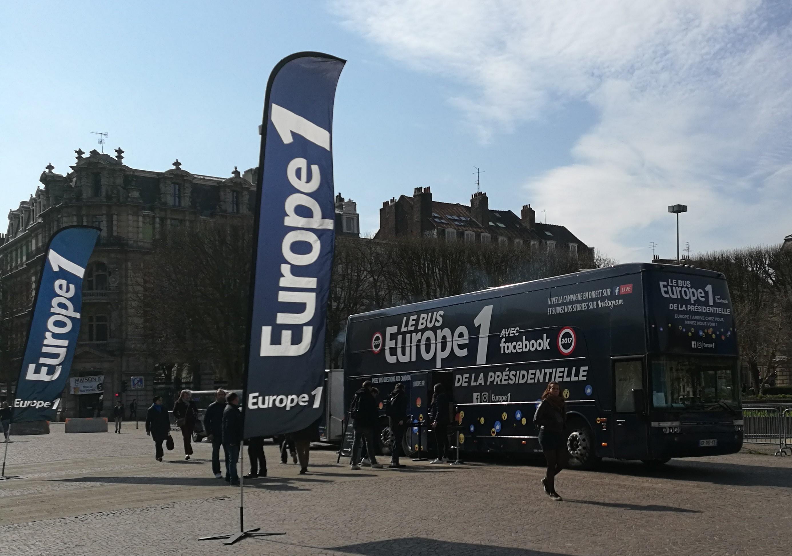 Le bus Europe 1 de la présidentielle, place de la République à Lille © Olivier Malcurat