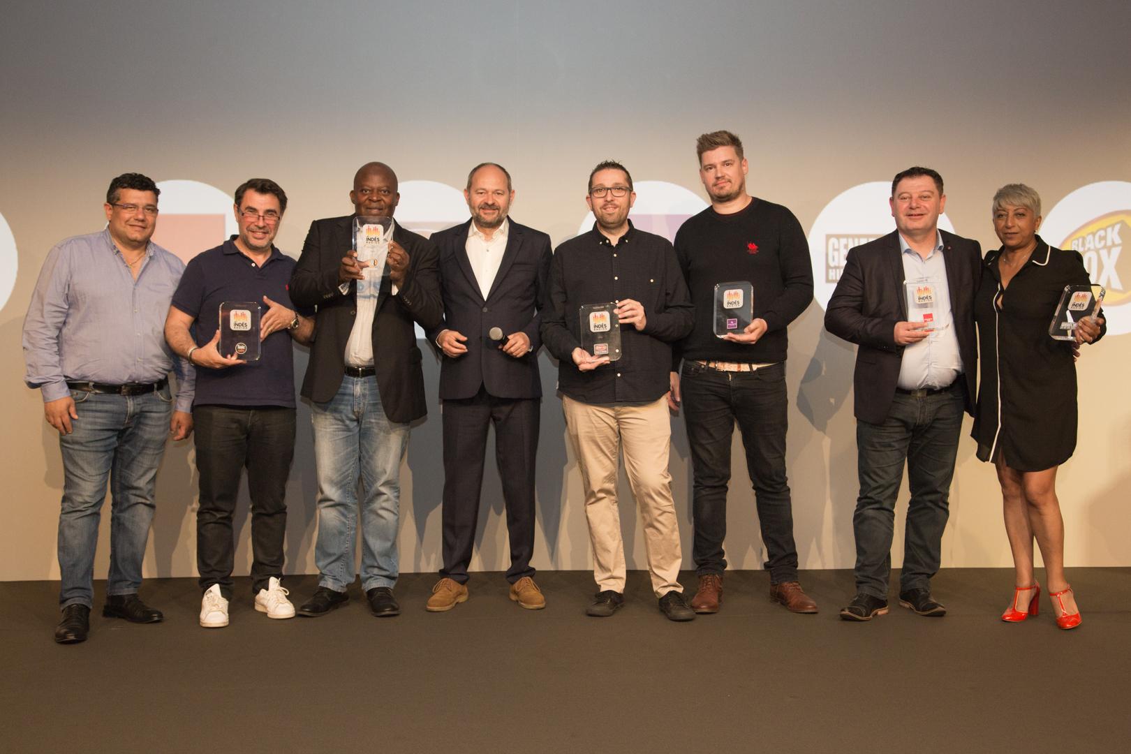 La remise des Trophées DATA avec (de gauche à droite) Laurent Chabbat et Charles Couty (Tonic Radio), Edgar Gomez (BlackBox), Jean-Eric Valli (Indés Radios), Wilfrid Tocqueville (Sweet FM), Michaël Levêque (Champagne FM), Anthony Eustache (Fréquence Plus) et Djamila Calla (Generations)