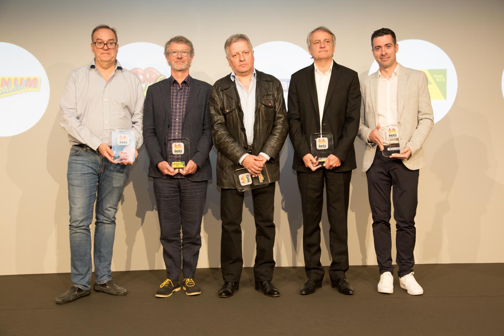 La remise des Trophées audience avec (de gauche à droite) Christophe de Lamotte (Chante France), Dominique Guihot (Africa N°1), Philippe Guyot (Magnum la Radio), Yann Oger (Océane FM) et  Nicolas Pavageau (Contact FM)