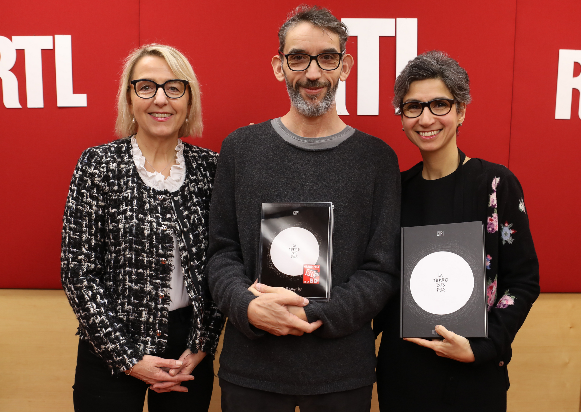 Le trophée lui a été remis, par Monique Younès et Catherine Mangin, directrice adjointe de l'information de RTL © Fred Bukajlo / Sipa Press
