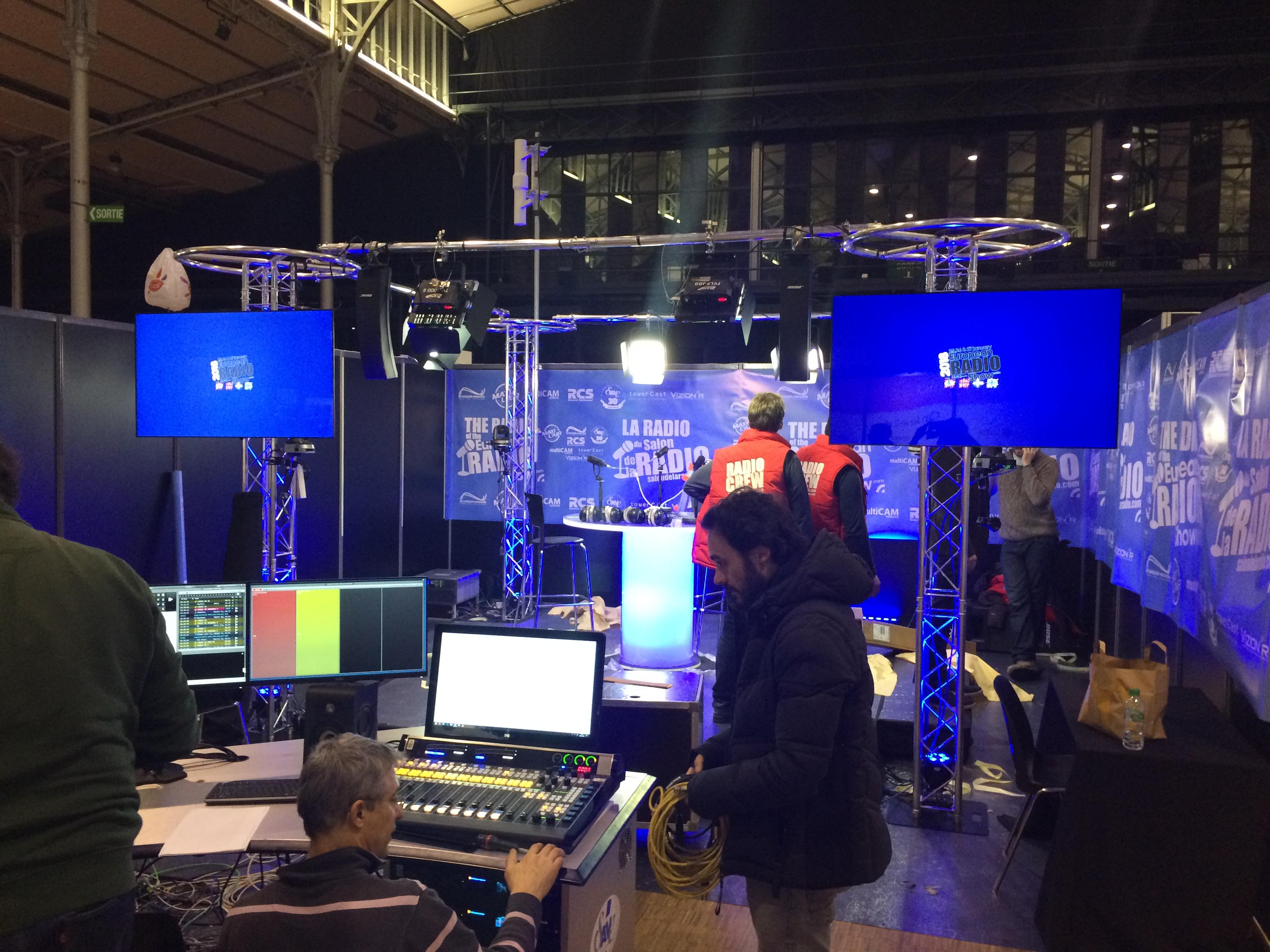 Hier mercredi, les équipes ont travaillé d'arrache-pied pour monter le studio. Le programme est diffusé en DAB+ dans toute l'Île-de-France