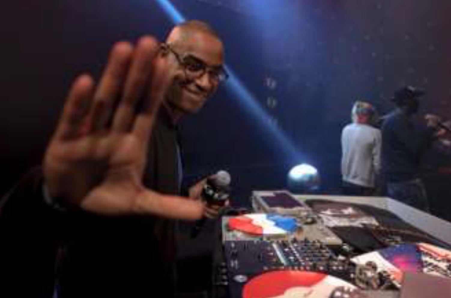 """DJ First Mike est aux commandes du """"First Mike Radio Show"""" sur Mouv' © MarOne"""