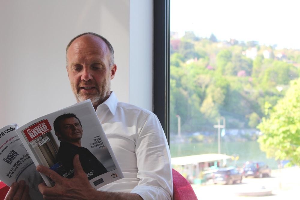 Le patron d'Espace Group, Christophe Mahé, en pleine lecture du n° 99 de La Lettre Pro de la Radio © Espace Group