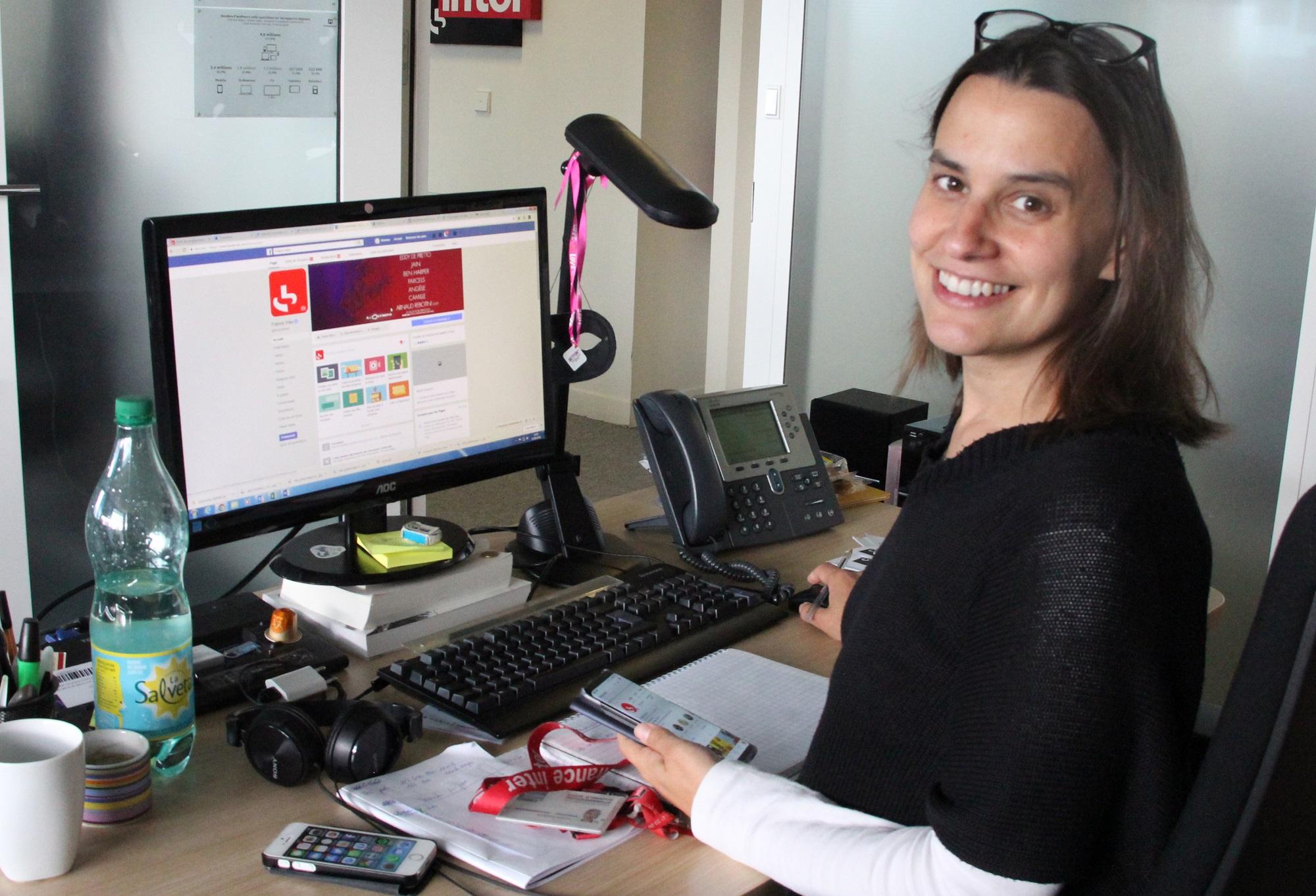 Séverine Bastin jongle entre téléphone et ordinateur toute la journée. Crédit: Anne Audigier / France Inter