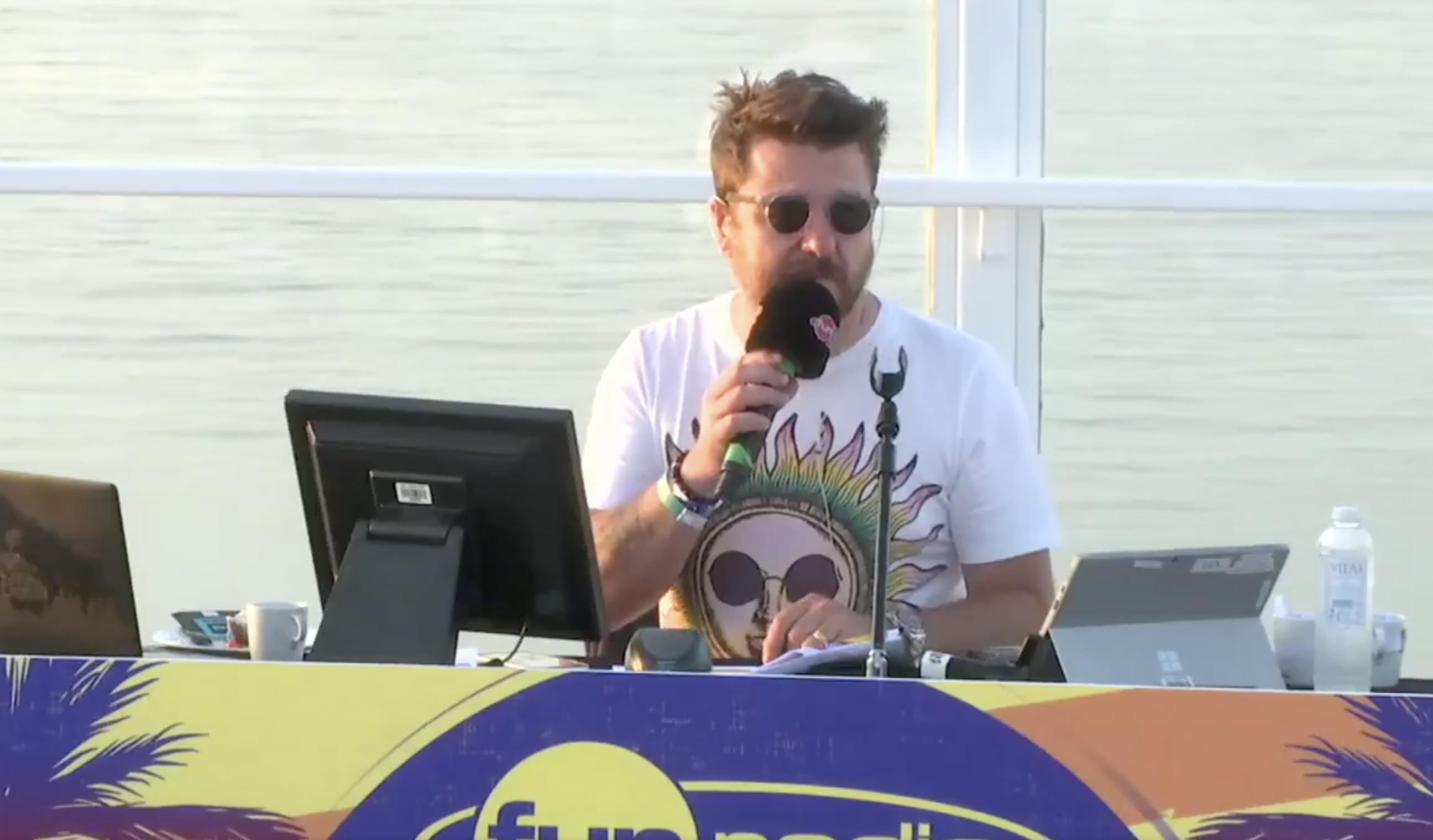 """Ce matin, Bruno Guillon a présenté, sous le soleil, sa matinale """"Bruno Dans La Radio"""" depuis Ibiza."""