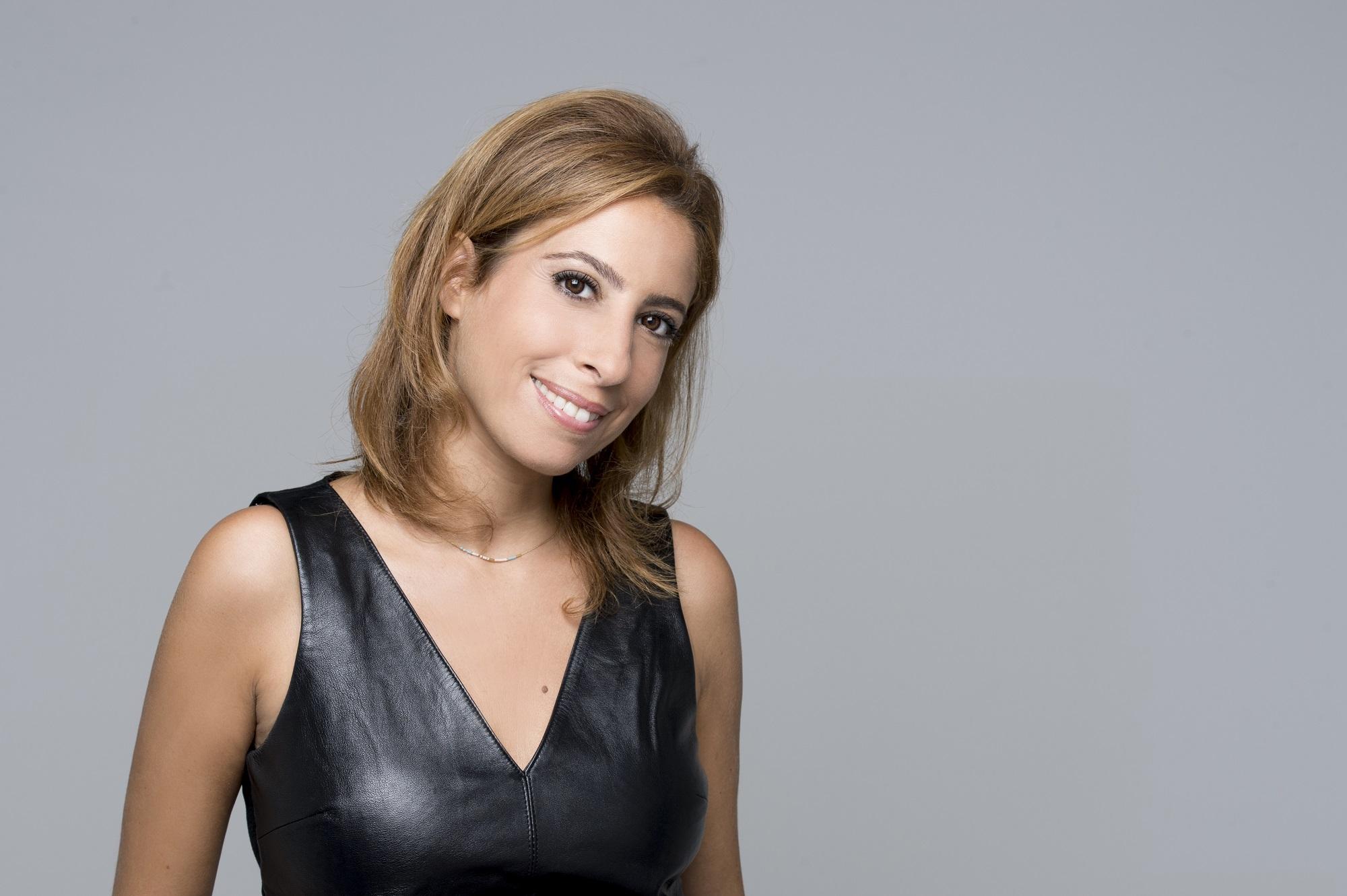 Même si elle cartonne à la télé, Léa Salamé garde un lien fort avec la radio. / Crédit France TV