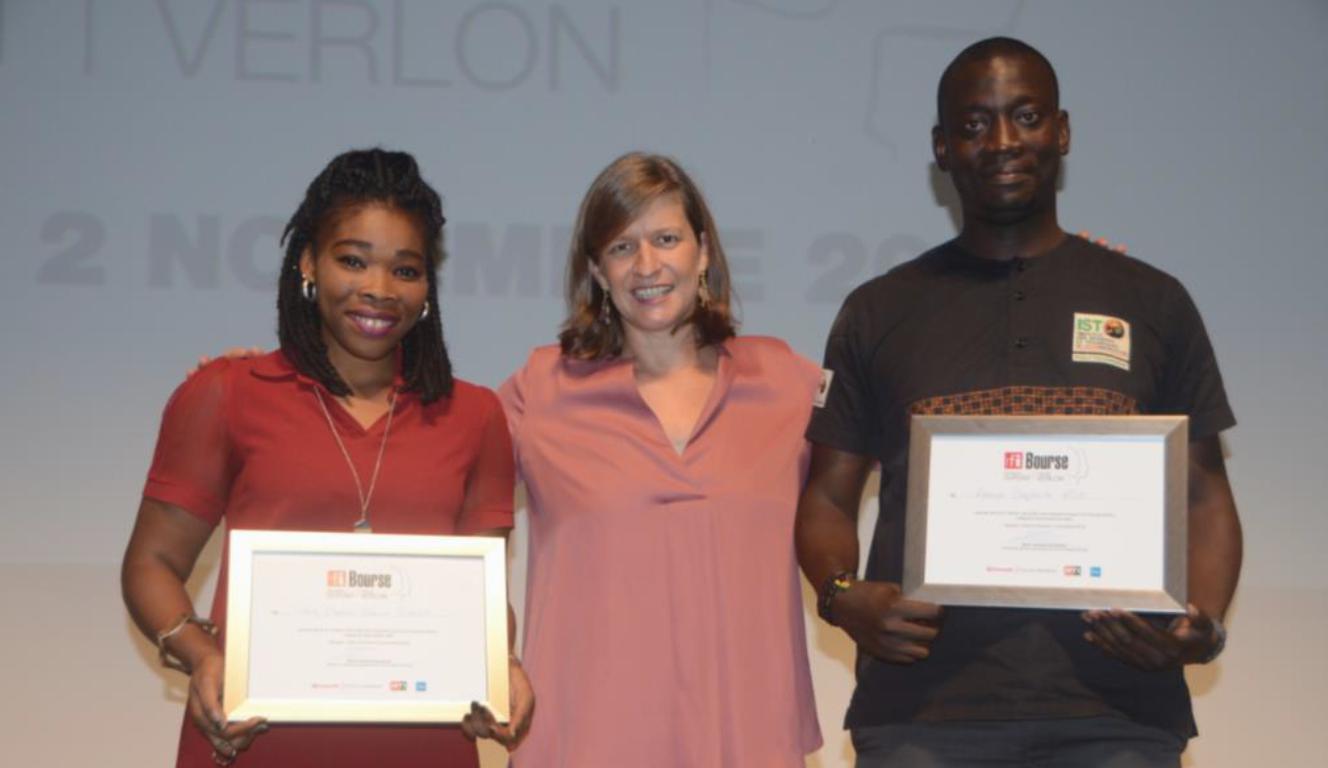 Cécile Mégie, directrice de RFI, au centre des deux lauréats : Taby Badjo Marina Djava et Aman Baptiste Ado