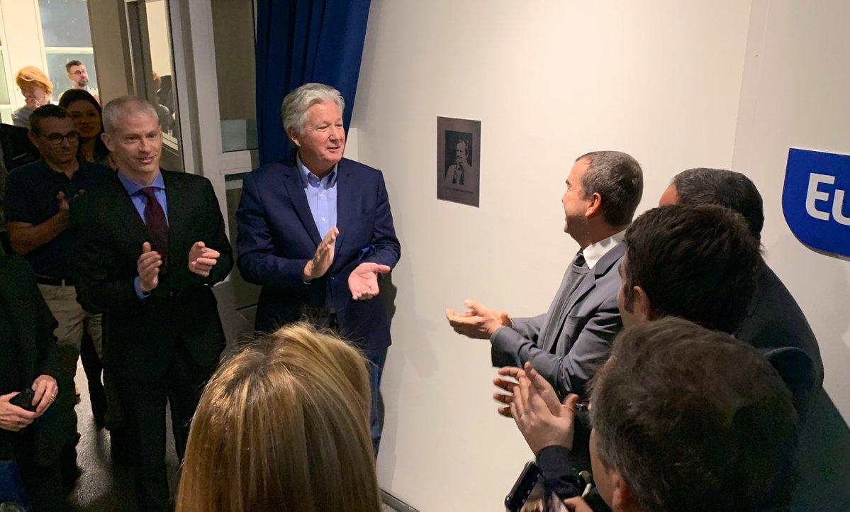 """Pierre Dhostel et Arnaud Lagardère ont dévoilé cette plaque à l'entrée du studio """"Pierre Bellemare"""". Photo service presse Europe 1"""