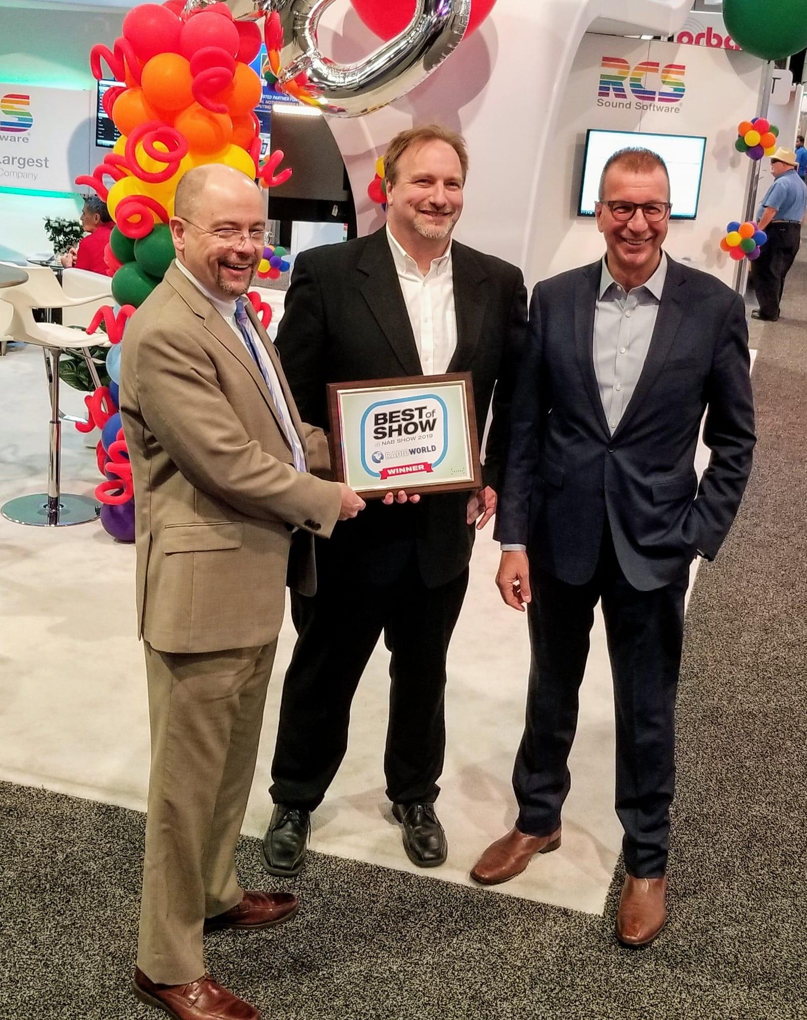 Le prix Future Best of Show décerné le directeur général de Radio World, Paul McLane. Chip Jellison et le président-directeur général de RCS, Philippe Generali.