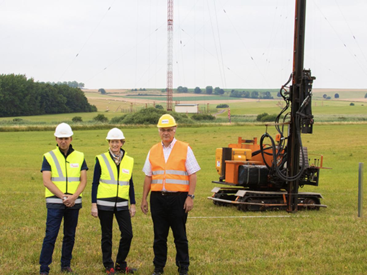 De gauche à droite : Eric Golinelli, chef de projet solaire (Enovos), Anouk Hilger, responsable des énergies renouvelables au Luxembourg (Enovos) et Eugène Muller, responsable des services techniques et des transmissions (BCE)