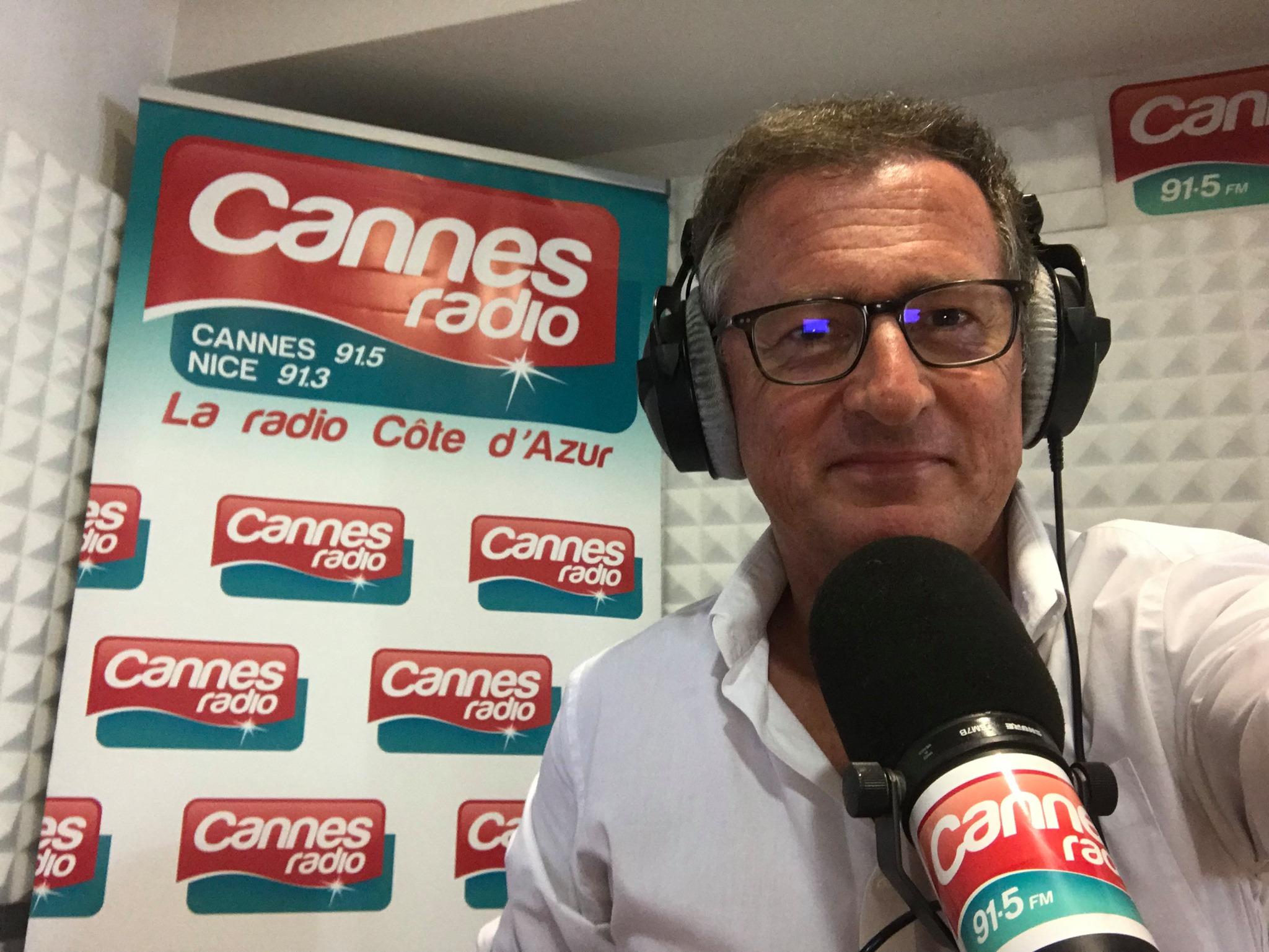 hilippe Muller informe chaque jour les auditeurs de Cannes Radio. © D.R.