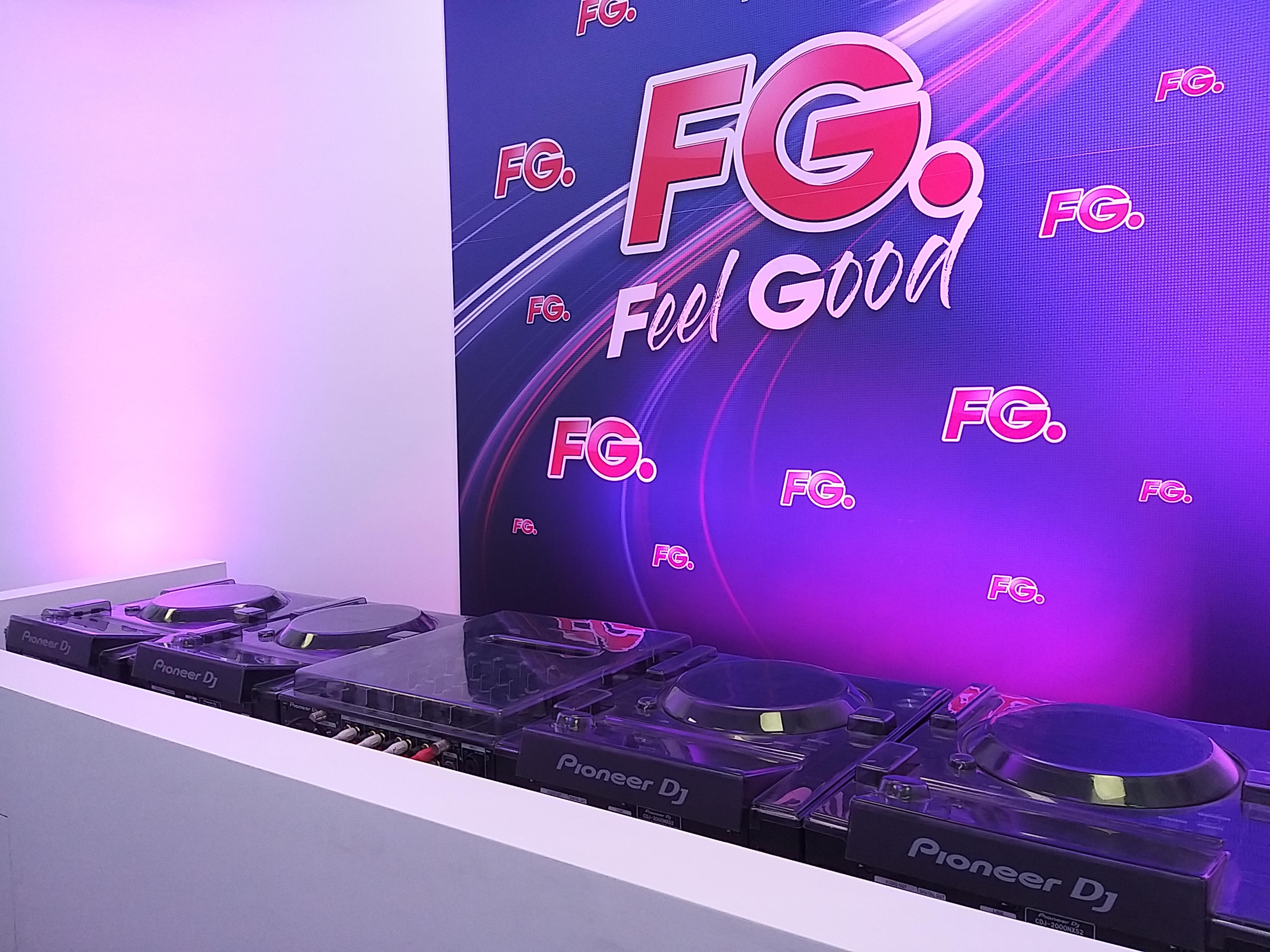 Panneau avec le logo FG, devant les platines Pioneer CDJ-2000NXS2 et mixage DJM-900NXS2, dans le studio 1 de Radio FG. Photo Sylvain Ferey, Radio FG